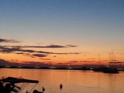 Let pod oranžnim nebom/ Volo soto il cielo arancione/ Flight under the orange sky